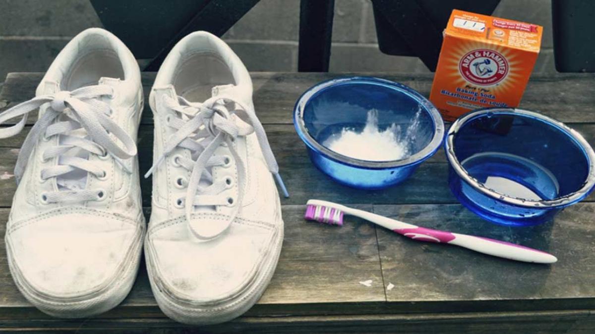 giặt trắng giày bằng backing soda và giấm