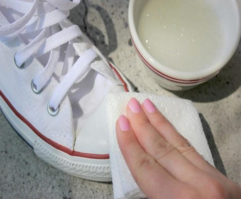 làm trắng giày bằng cồn