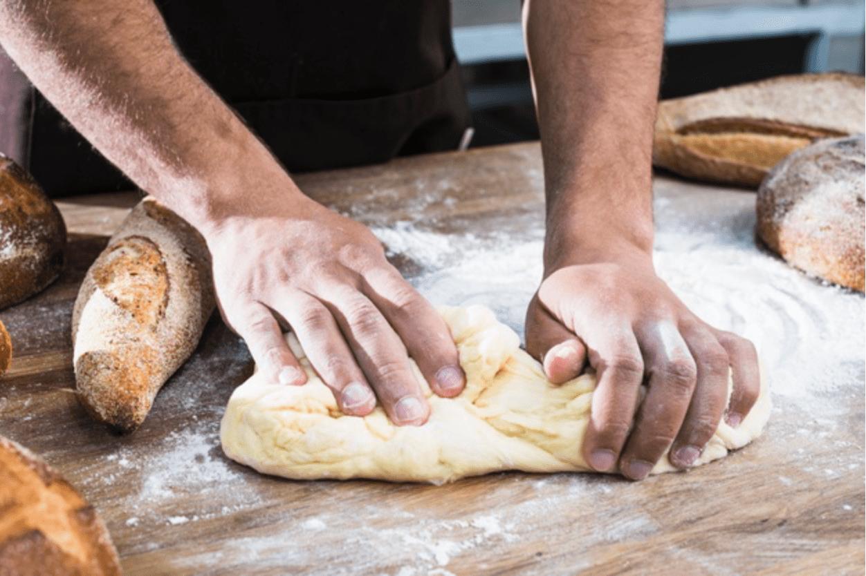 trộn bột làm bánh gối
