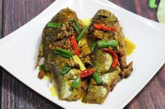 Cách làm cá diếc kho nghệ mềm rục xương cho bữa cơm trọn vị