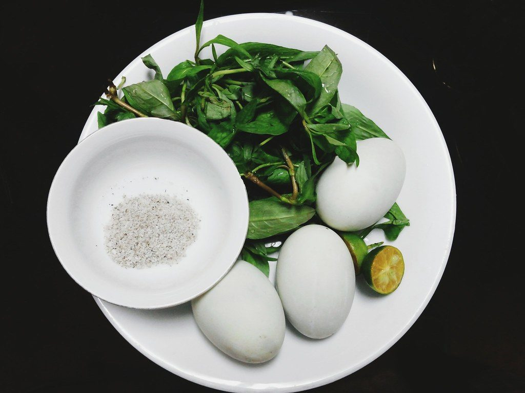 cách luộc trứng vịt lộn