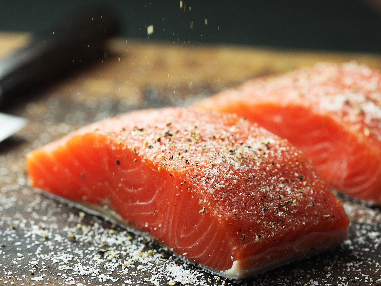 làm cá hồi áp chảo