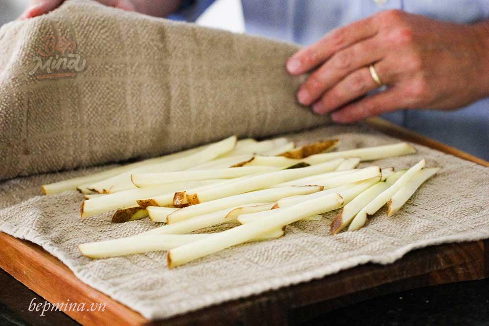 Làm khô khoai tây trước khi chiên