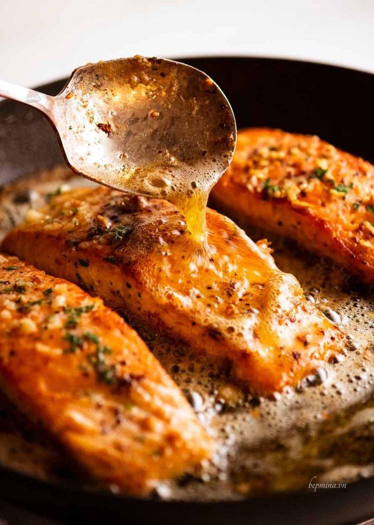 làm cá hồi sốt bơ tỏi