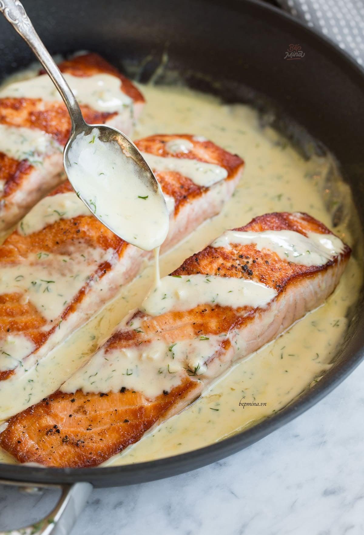 làm cá hồi sốt kem bơ tỏi