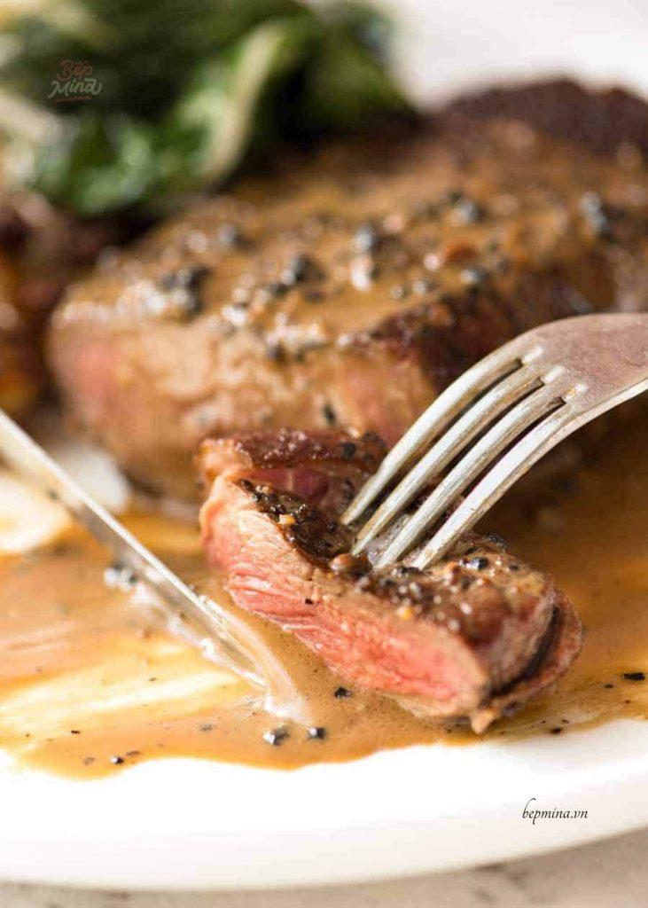thưởng thức bò bít tết sốt tiêu đen