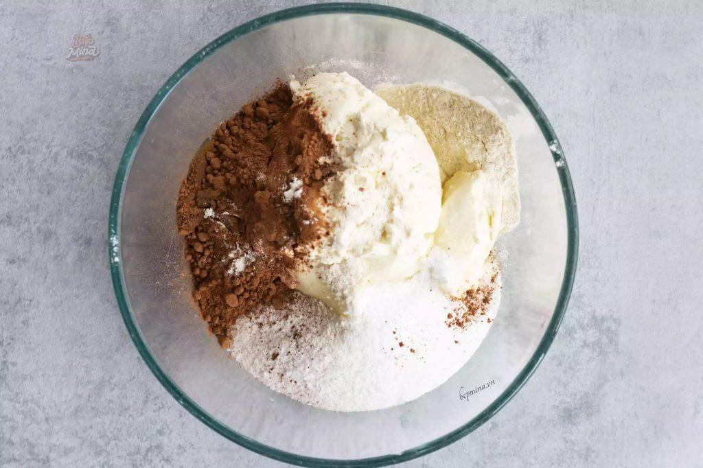 trộn bột bánh velvet