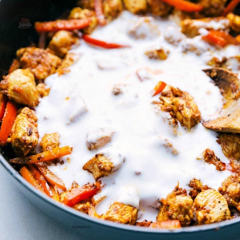 tiến hành nấu cà ri gà nước cốt dừa
